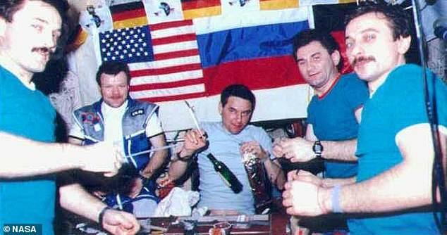 Los cosmonautas tomando alcohol en el espacio.