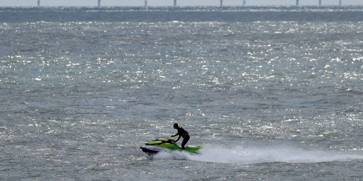Hombre arrienda moto de agua para cruzar el mar, eludir la cuarentena y ver a su novia: terminó en prisión
