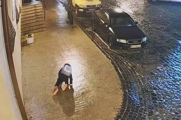 Niña se resbala 40 veces en un minuto por culpa de vereda congelada en Ucrania: video se volvió viral