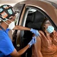 Trabajadores esenciales y mayores de 75 años, los siguientes en recibir la vacuna en EE. UU.