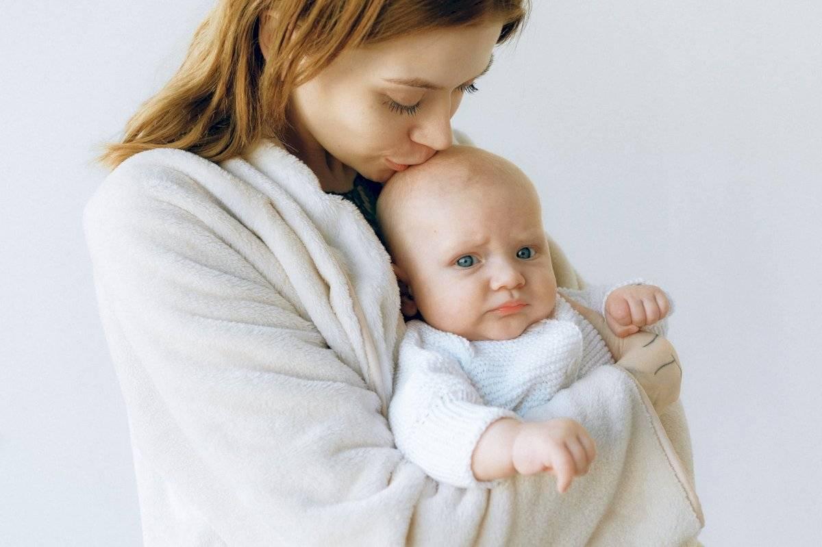 No dejes solo al bebé en su momento de angustia para que se sienta protegido.