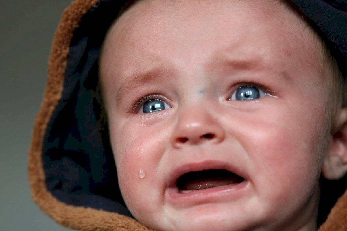 Por el impacto de los fuegos artificiales el niño puede llorar, temblar, gritar.