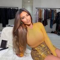 Kim Kardashian posa con un sexy body rosado por dentro de su jean azul