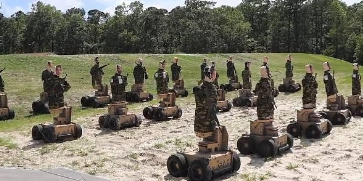 Marines estadounidenses practican su puntería de disparos con unos robots que atacan e insultan en 57 dialectos diferentes
