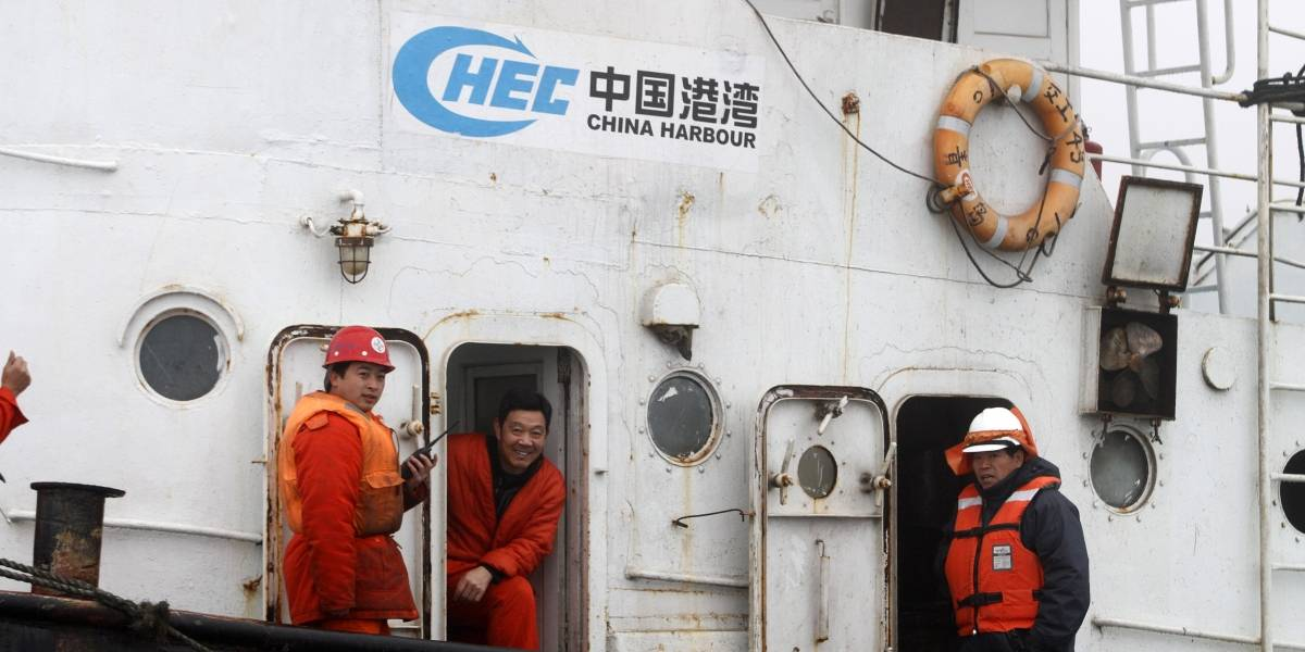 """Megaflota china sigue al acecho en aguas chilenas: avanzan como tiburones en """"manadas"""" de 10 barcos pero ahora no están pescando"""