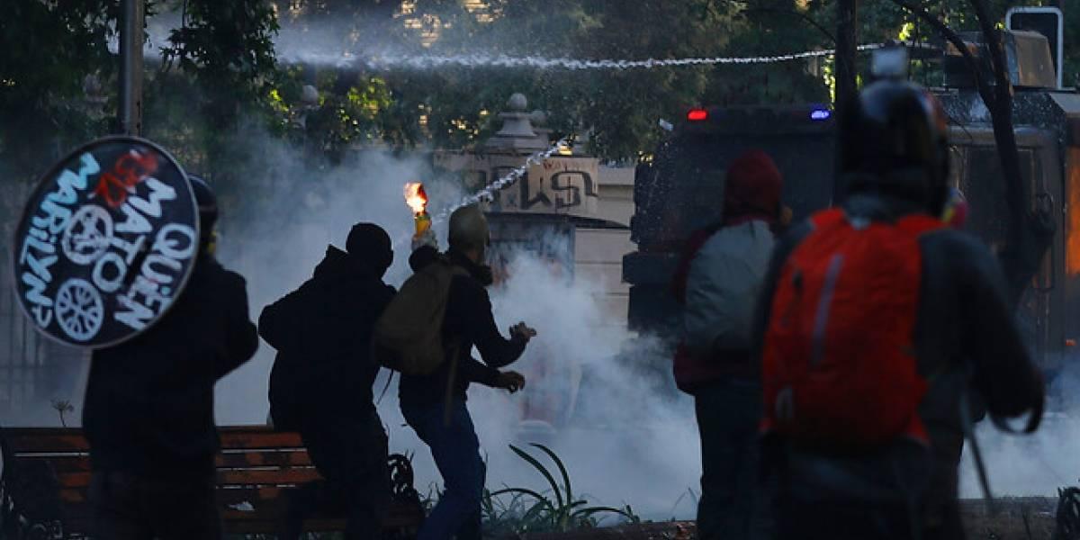 Dos menores que lanzaban artefactos incendiarios entre los 56 detenidos tras violentas manifestaciones en el centro