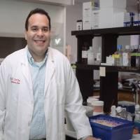 Egresado del RUM obtiene $2 millones en subvenciones para investigaciones de cáncer