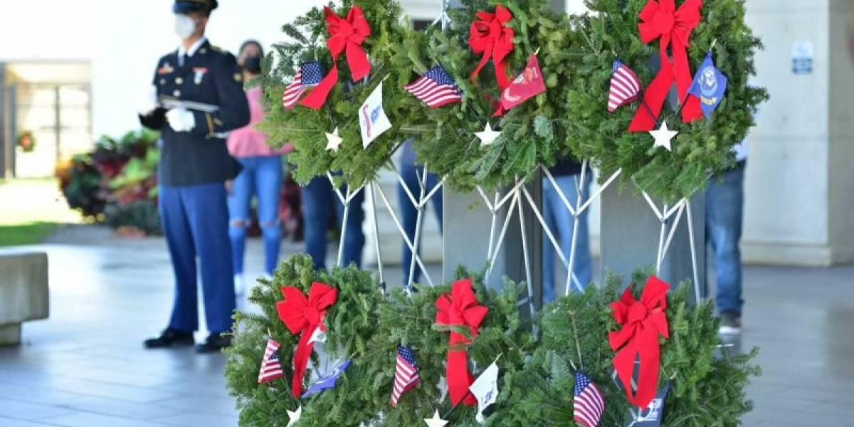 Familiares honran a veteranos fallecidos con coronas navideñas