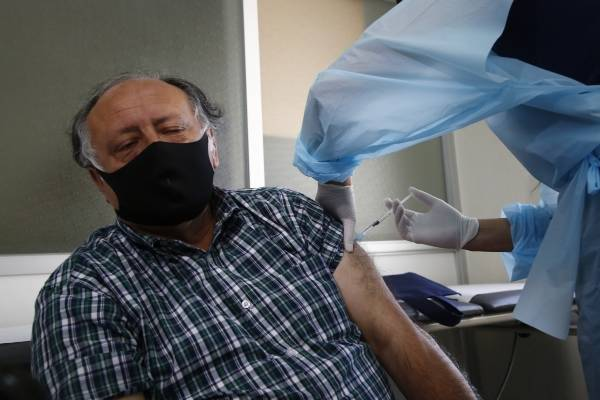 Vacuna contra el coronavirus: 7 de cada 10 santiaguinos se la colocaría
