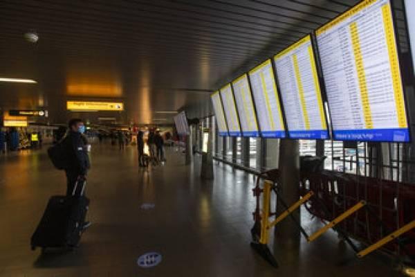 Holanda cerró los aeropuertos a vuelos desde Inglaterra tras aparición de la nueva cepa del covid