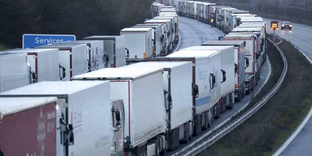 Medidas por variante británica del coronavirus dejan 1.500 camiones varados