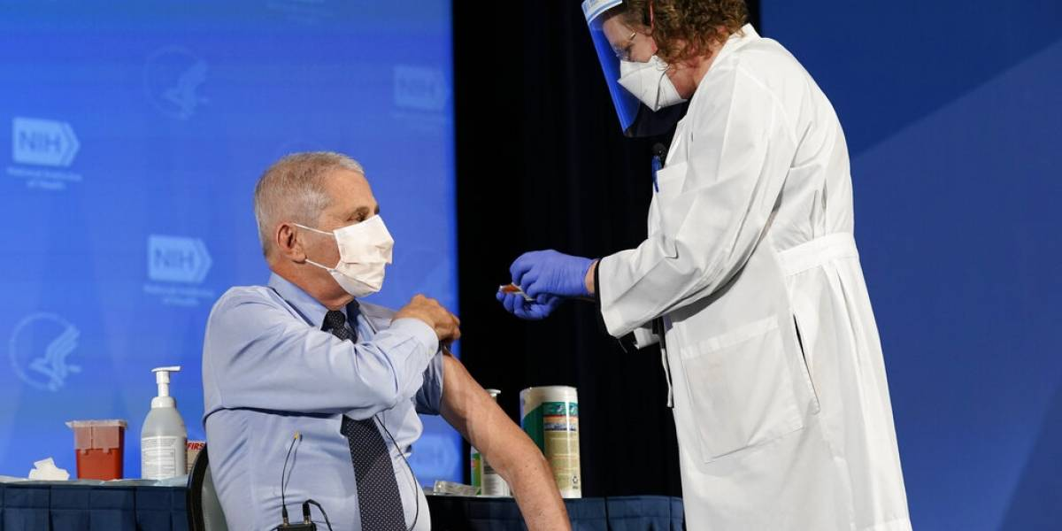 El doctor Anthony Fauci recibe su primera dosis de la vacuna contra el COVID-19