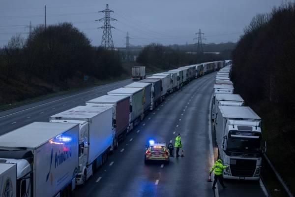 Caos en el Reino Unido: miles de camiones están atrapados por la nueva cepa de coronavirus