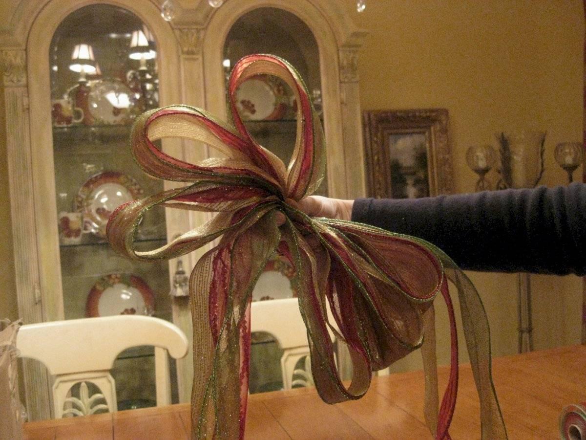El propósito de dejar una parte de la cinta suelta es para que forme parte de la decoración del lazo