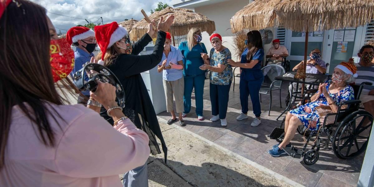 Familia lleva parrandas navideñas a centros de adultos mayores