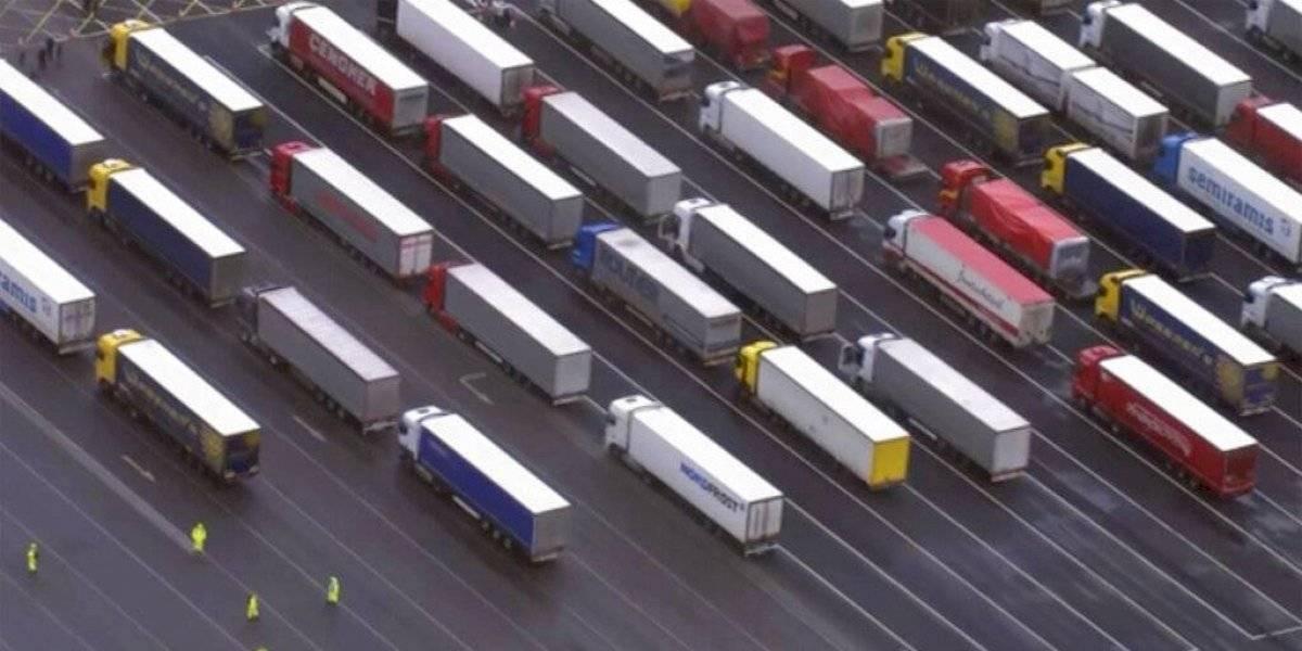 Francia deja pasar a mercancías y pasajeros de Gran Bretaña