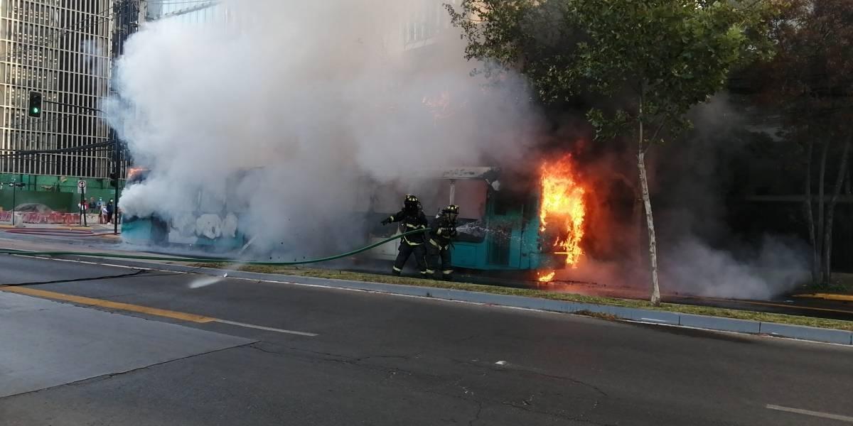 """Bus del Transantiago se incenció en Vitacura: fue por """"fallas mecánicas"""""""