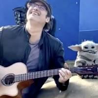 Baby Yoda baila al ritmo de la guitarra de Robert Rodríguez