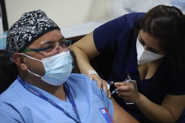 8.649 trabajadores de salud han recibido la vacuna contra el covid-19