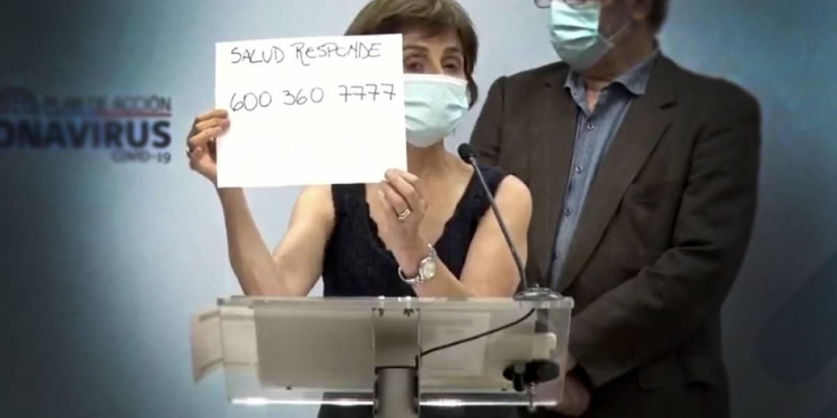 De última tecnología: Paula Daza mostró el teléfono de Salud Responde en un cartel escrito a mano