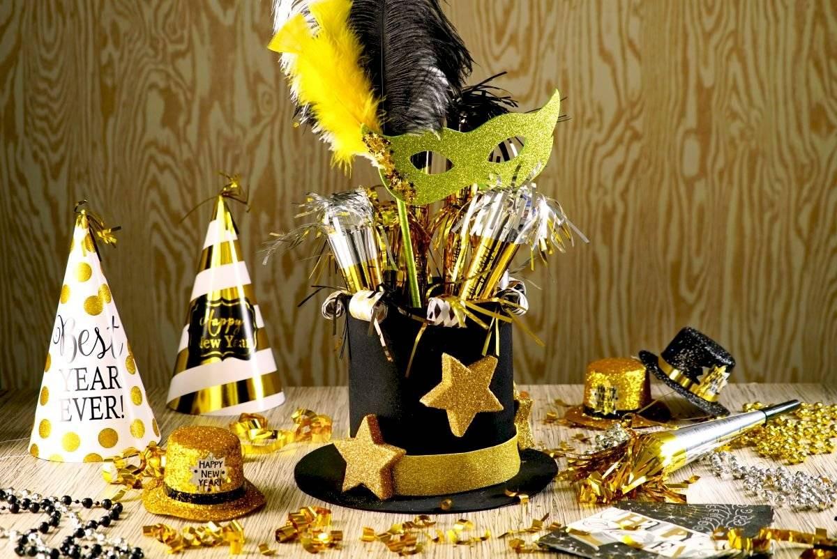 Puedes dejar un cotillón pequeño en cada puesto, como regalo a los invitados o familiares que te acompañen a despedir el año.
