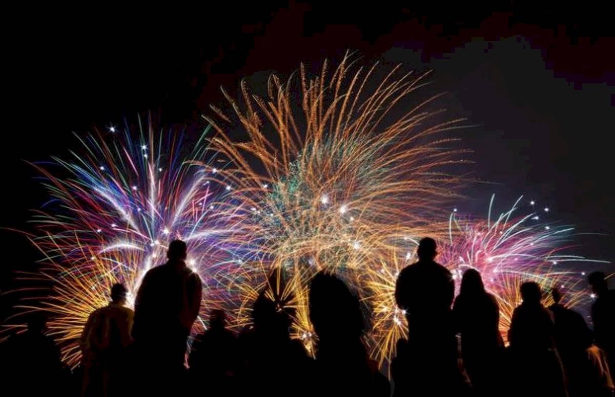 Observar fuegos artificiales es otra de las tradiciones mexicanas más comunes