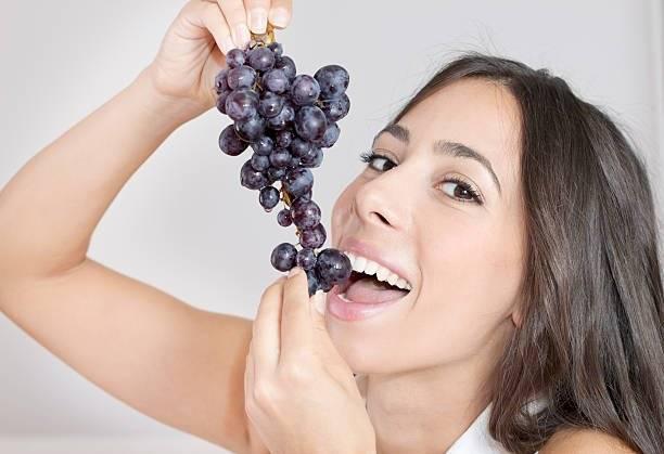 Comerse 12 uvas al recibir el Año Nuevo es otra de las tradiciones mexicanas más comunes