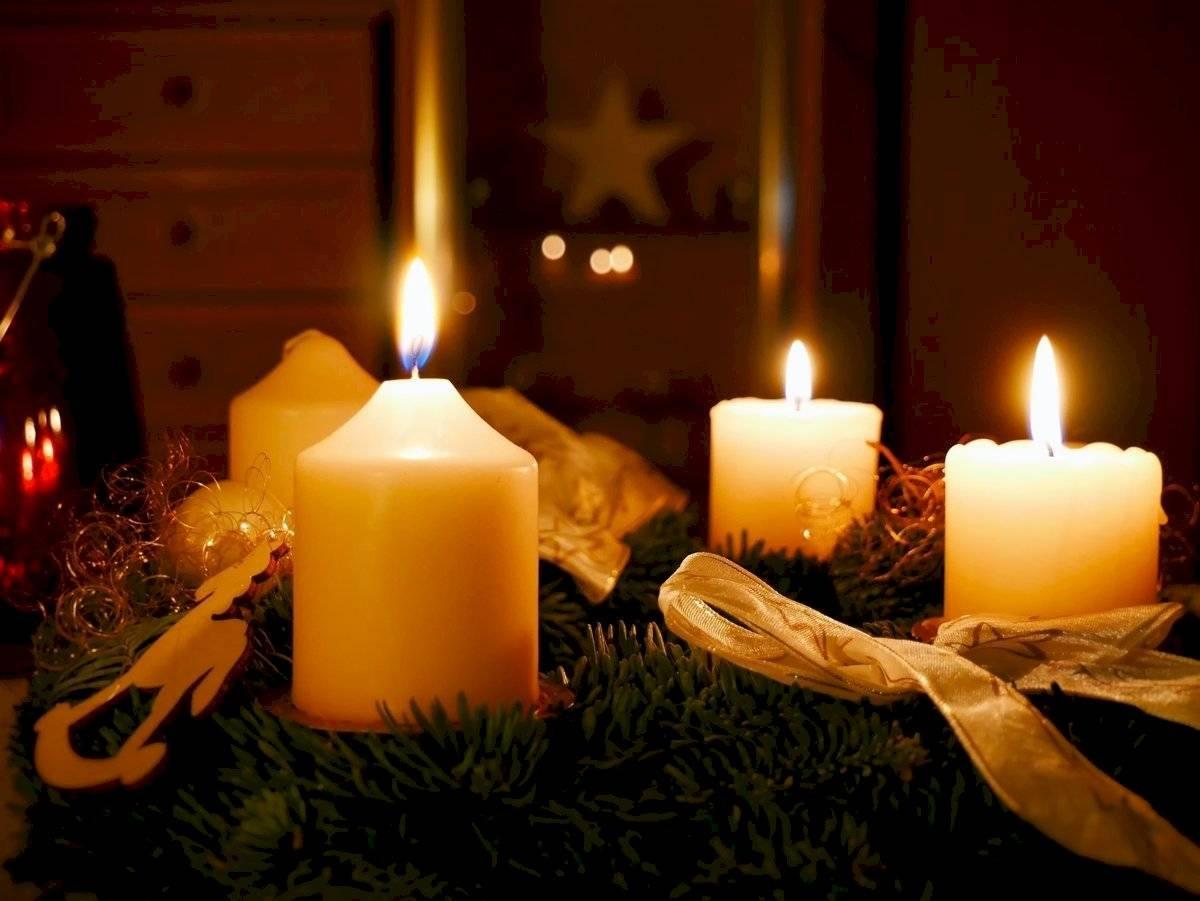 Usar velas en la mesa de navidad y para despedir el año, de seguro que transmitirá una atmósfera armoniosa.