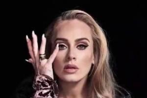 Adele es toda una princesa en un vestido de gasa vino tinto bordado con cristales