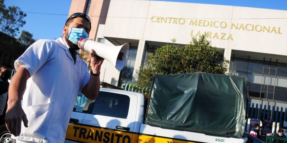 Protestan trabajadores de salud afuera de La Raza