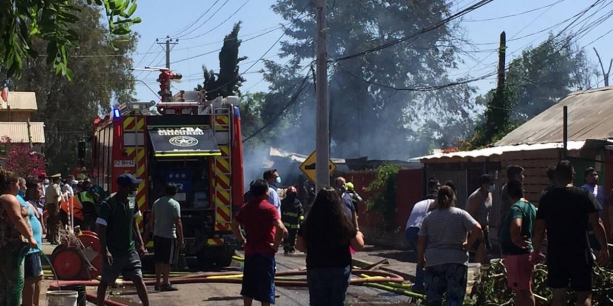 Bomberos combate incendio que afecta a cuatro viviendas en campamento de Colina