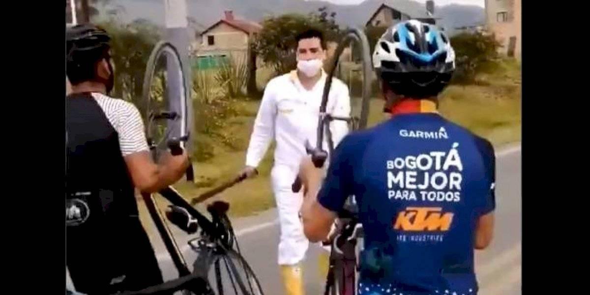 Hombre amenaza con machete a ciclistas luego de que le reclamaran por matar a un perro