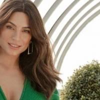 Ana Brenda Contreras cautiva en elegante falda de seda plateada y acogedor suéter tejido gris