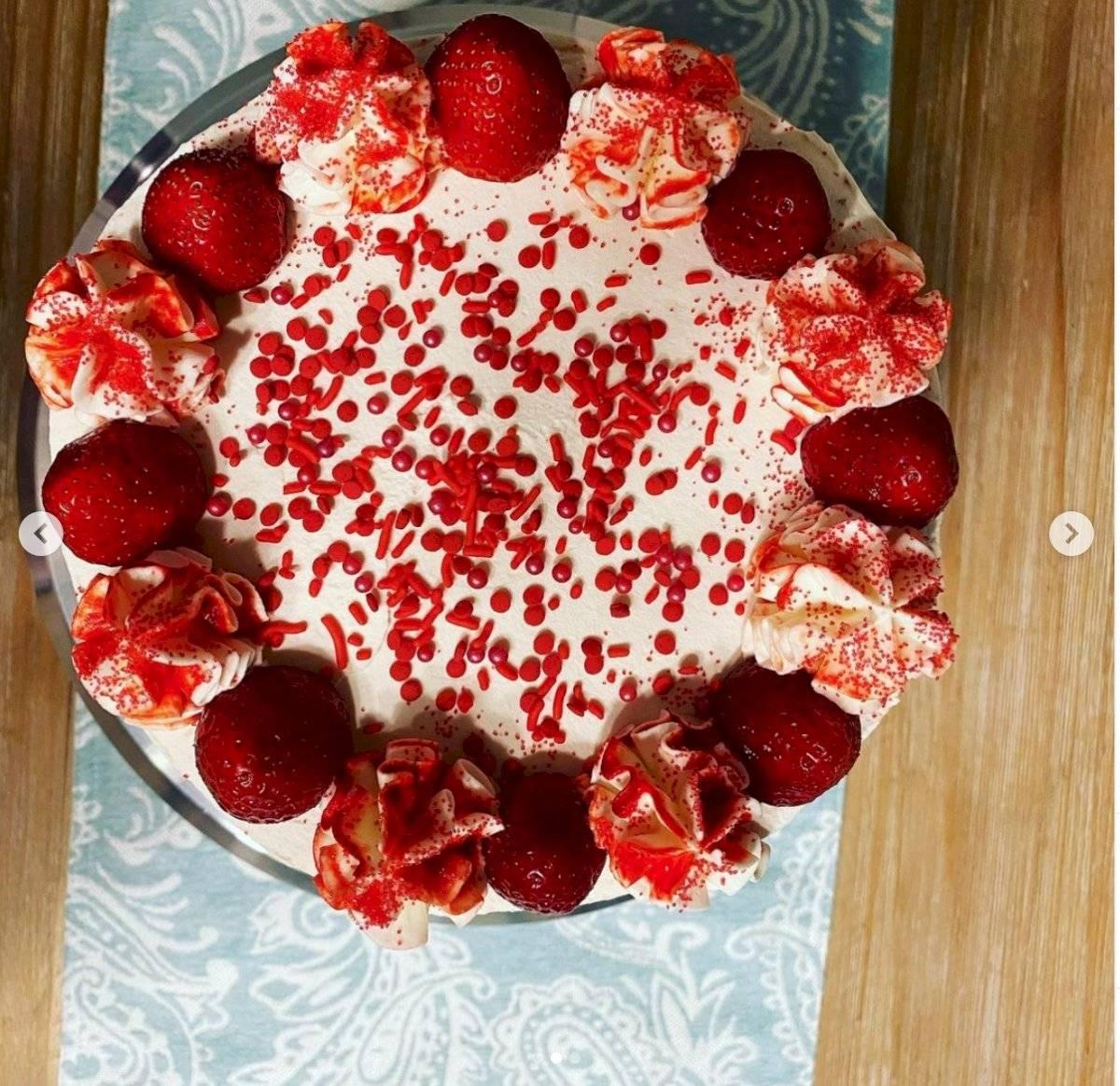 torta de merengue y frutillas