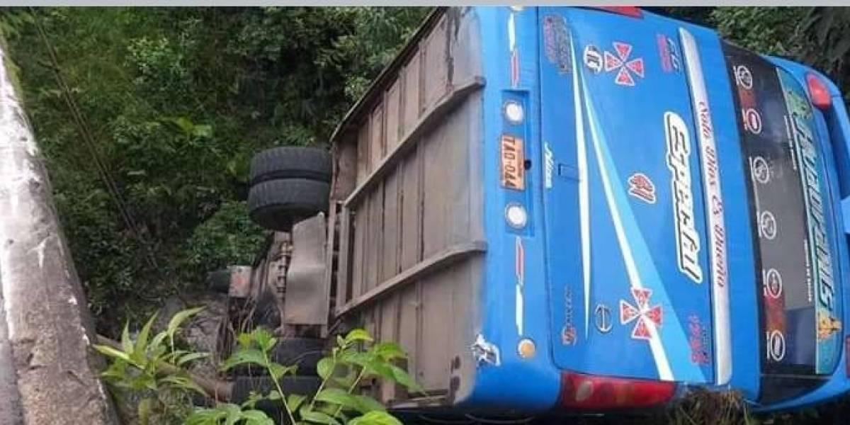 Bus cayó a un río tras choque en la vía al Auca, provincia de Orellana