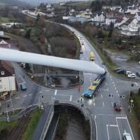 Viral: fotos de un camión llevando un álabe de un aerogenerador gigante causa impacto