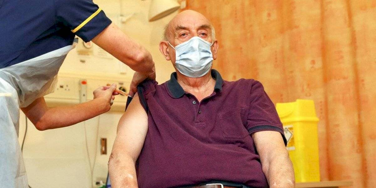 Aplican por primera vez la vacuna de AstraZeneca contra el COVID