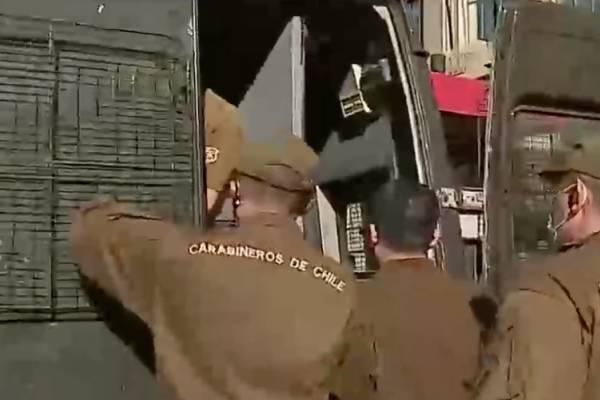 Alumnos de la Aces intentan tomarse el Mineduc en antesala de la PDT: camarógrafo de CHV detenido