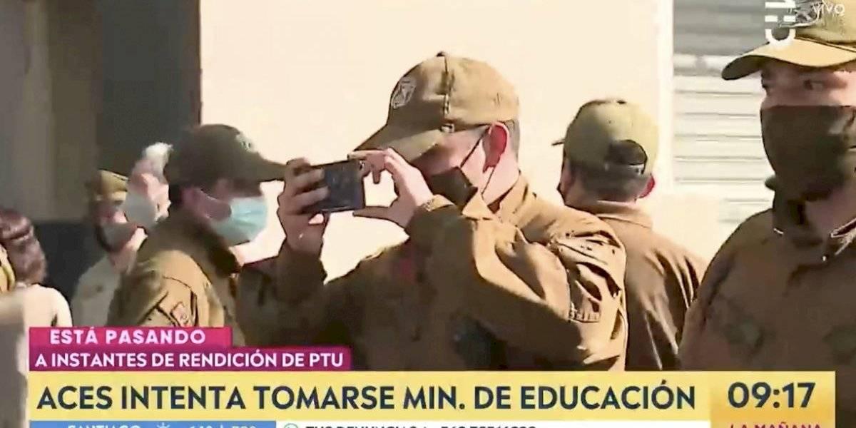 ¿Por qué un carabinero grababa con su celular?: polémica en desalojo del Mineduc