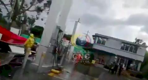Emergencia por el colapso del techo en una estación de gasolina
