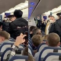 Un pasajero se niega a usar mascarilla y la policía lo saca de vuelo en Rusia