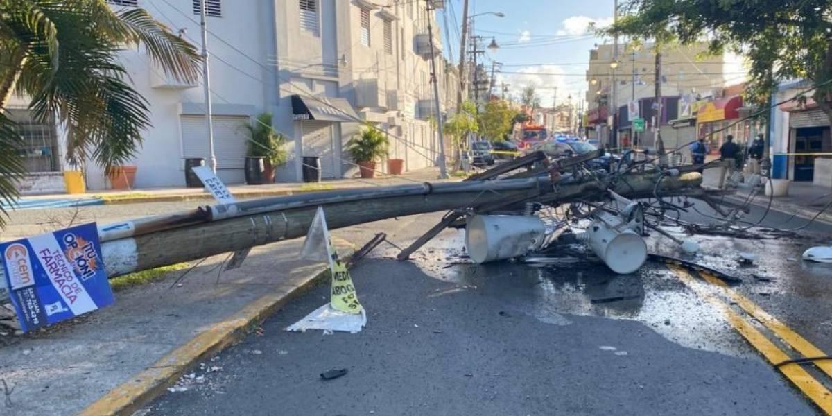 Poste cae sobre vía en Santurce y deja sin energía varios sectores