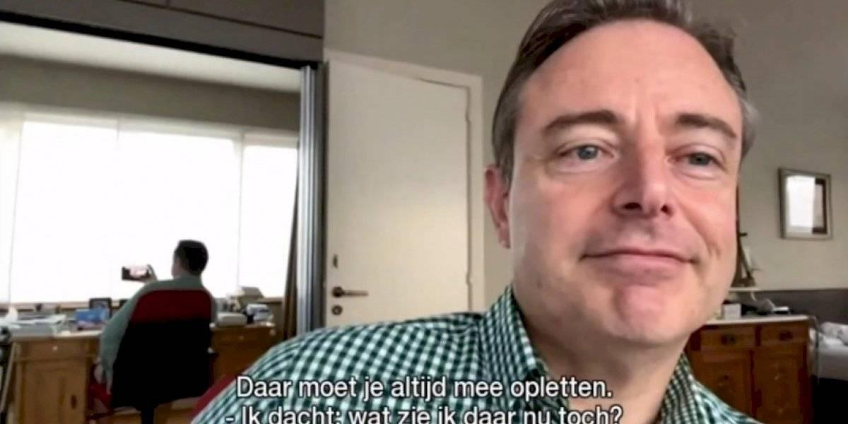 Alcalde es sorprendido sin pantalones en una entrevista online: fue descubierto debido a un curioso detalle