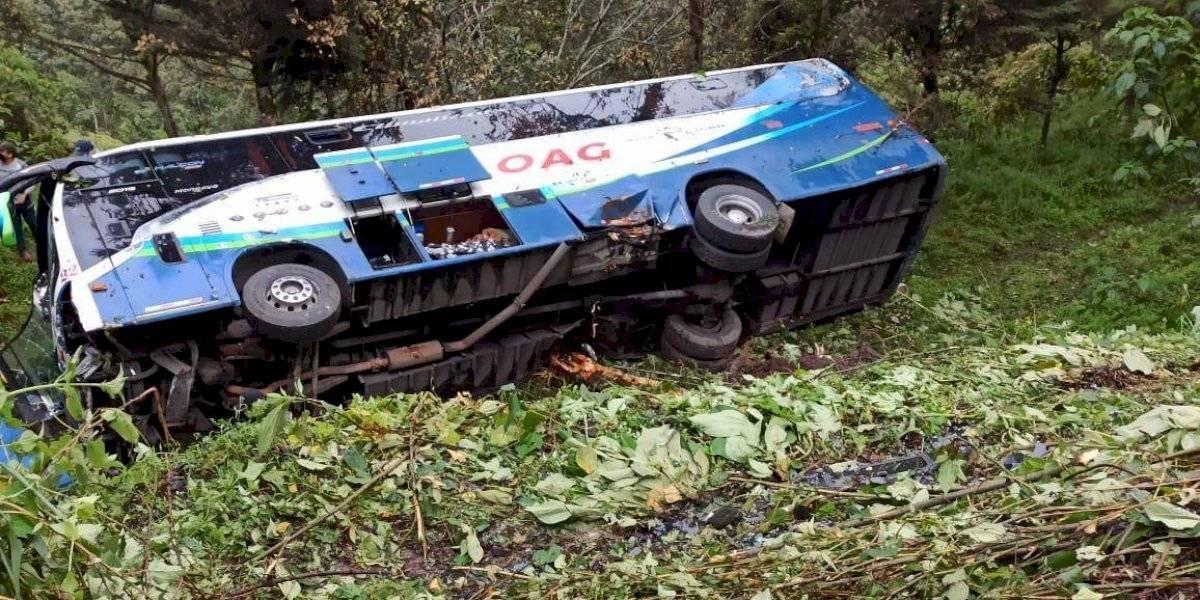 Bus de pasajeros cayó a un abismo en la vía Alóag - Santo Domingo