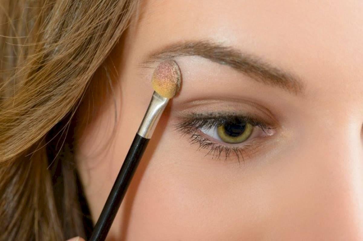 Ilumina el área que queda justo en el hueso del marco del ojo