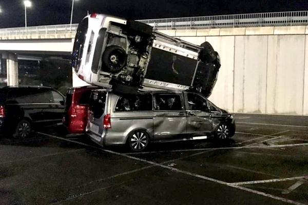 ¿Una venganza? Despedido extrabajador de Mercedes roba retroexcavadora y destroza 50 vehículos