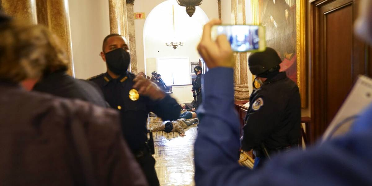Investigarán policías que no detuvieron a insurgentes de entrar al Capitolio