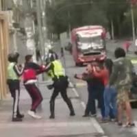 Captan agresión de taxista a un agente de tránsito en Quito