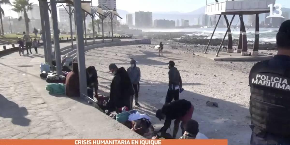 Desalojan a familias venezolanas que acampaban en borde costero de Iquique