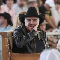 Captan a Vicente Fernández tocando los senos a una joven fan